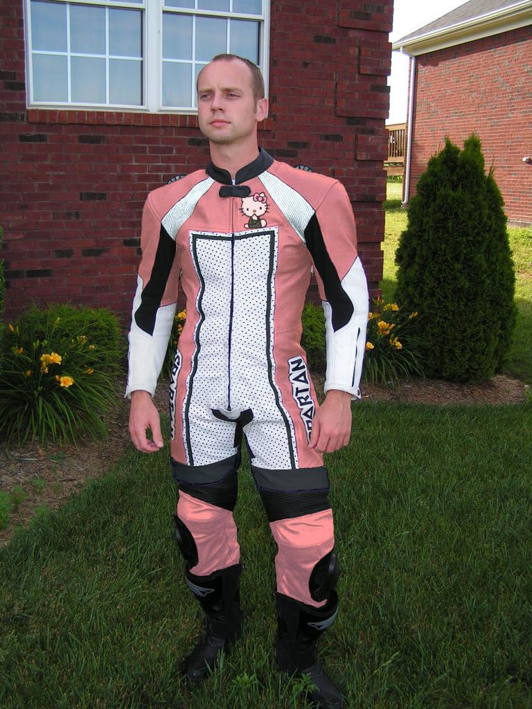hello-kitty-motocycle-racing-leathers.jpg