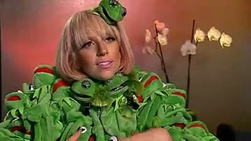 lady_gaga_kermit_the_frog_outfit-500x281.jpg